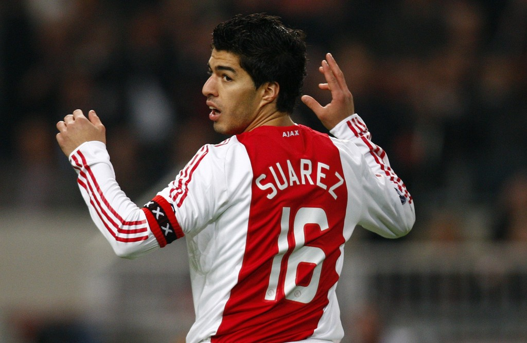 Ajax Amsterdam's captain Luis Suarez reacts after failing to score during their UEFA Cup soccer match against Olympique Marseille at Amsterdam Arena March 18, 2009.    REUTERS/Jerry Lampen (NETHERLANDS SPORT SOCCER)