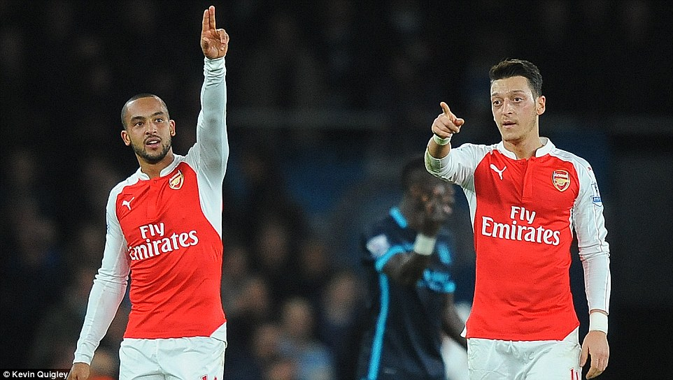 2F8E387800000578-3369444-Walcott_salutes_the_home_crowd_after_the_33rd_minute_goal_agains-m-1_1450741224592